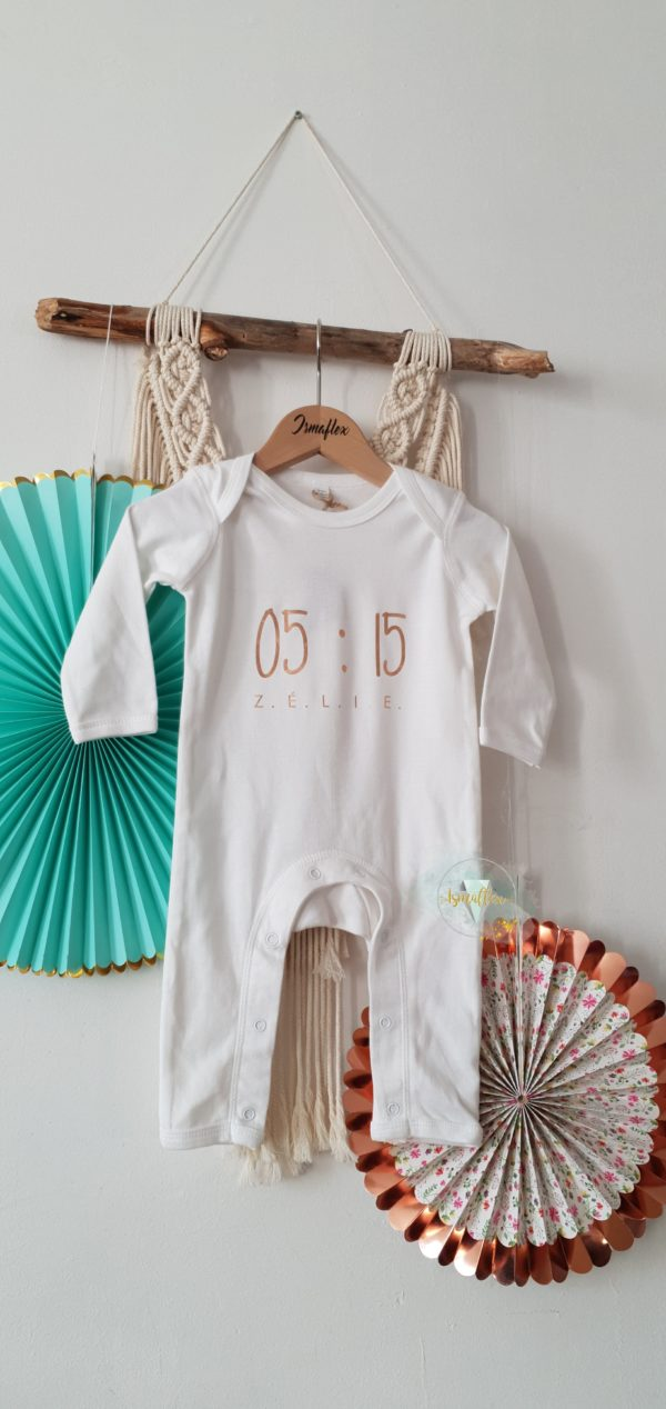 C'est une barboteuse bébé blanche personnalisée avec l'heure de naissance