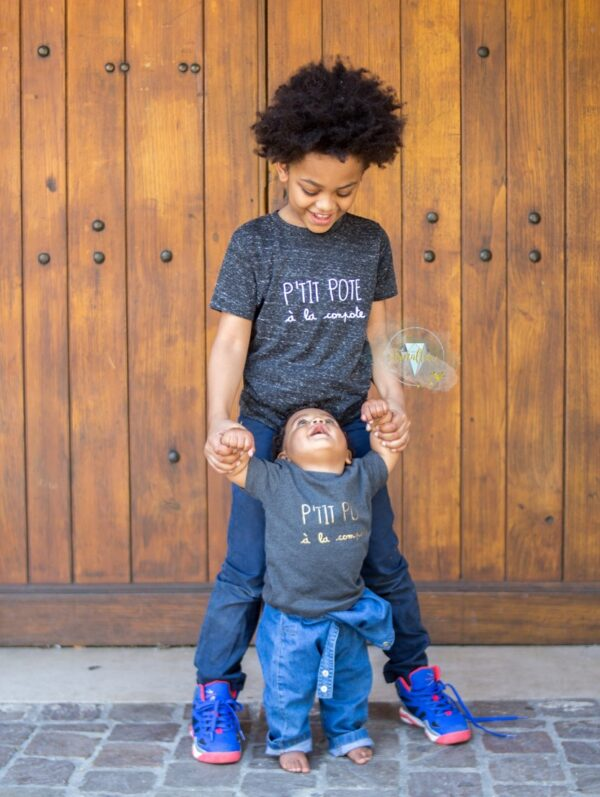 2 enfants avec tee shirt ptits potes à la compote