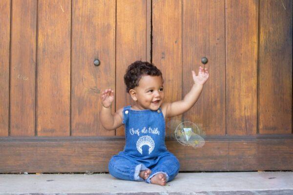 bébé avec salopette en jean personnalisée