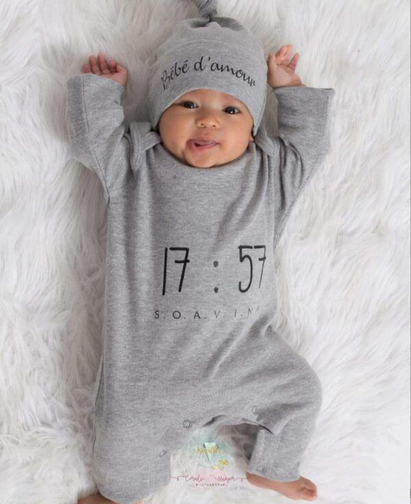 bébé qui porte une barboteuse et un bonnet personnalisé avec son prénom